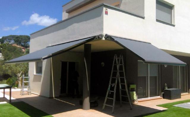 Instal·lació de dos tendals cofre Kumo a Viladecavalls
