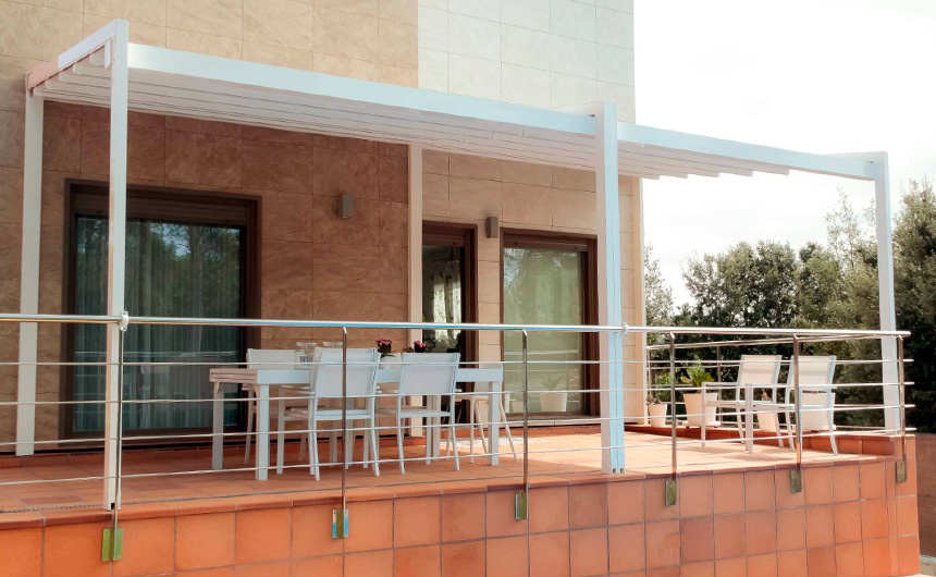 Instalación de dos pérgolas Linear de KE Italy y cubierta de piscina