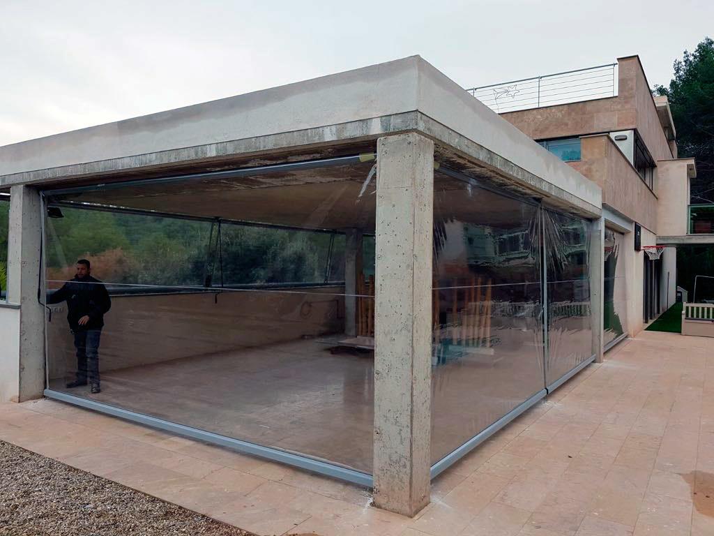Tancaments verticals d'espais amb PVC estabilitzat