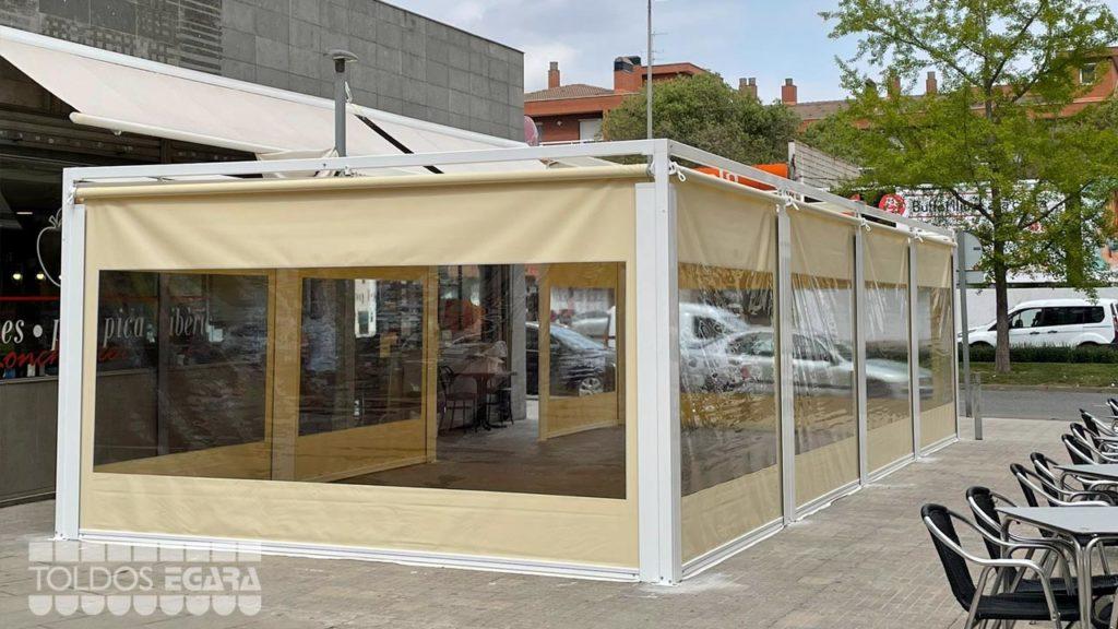 Instalación de un cerramiento de PVC flexible para la terraza de un bar